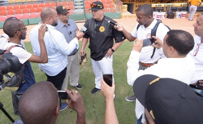 Omar López habla con la prensa dominicana