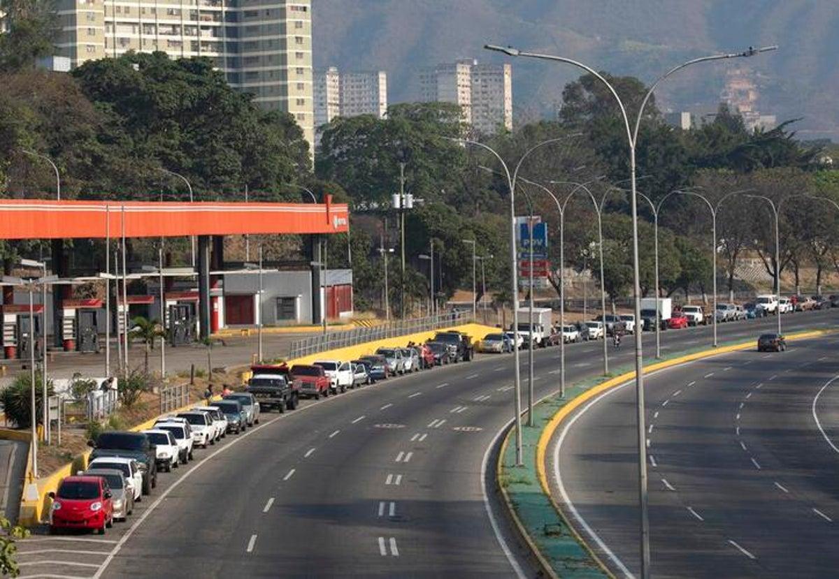Caraqueños iniciaron colas para la gasolina desde la noche del sábado