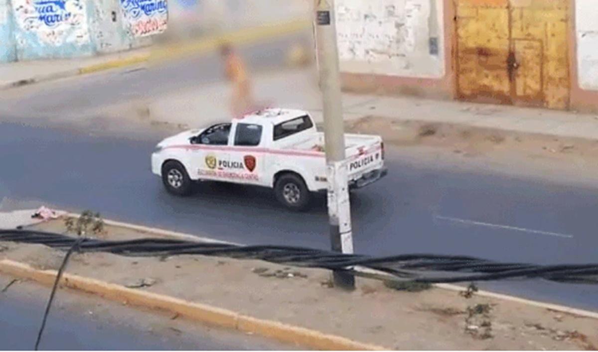 Chimbote: Mujer desnuda se trepa a techo de patrullero y