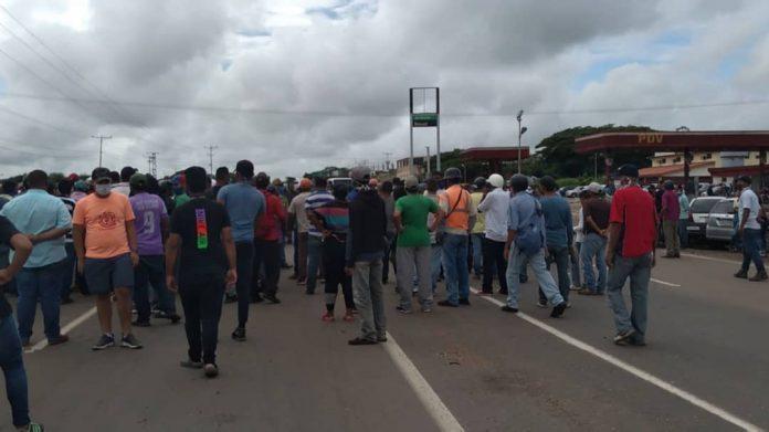 Más de mil conductores amanecen en fila a la espera de gasolina en Valle de La Pascua