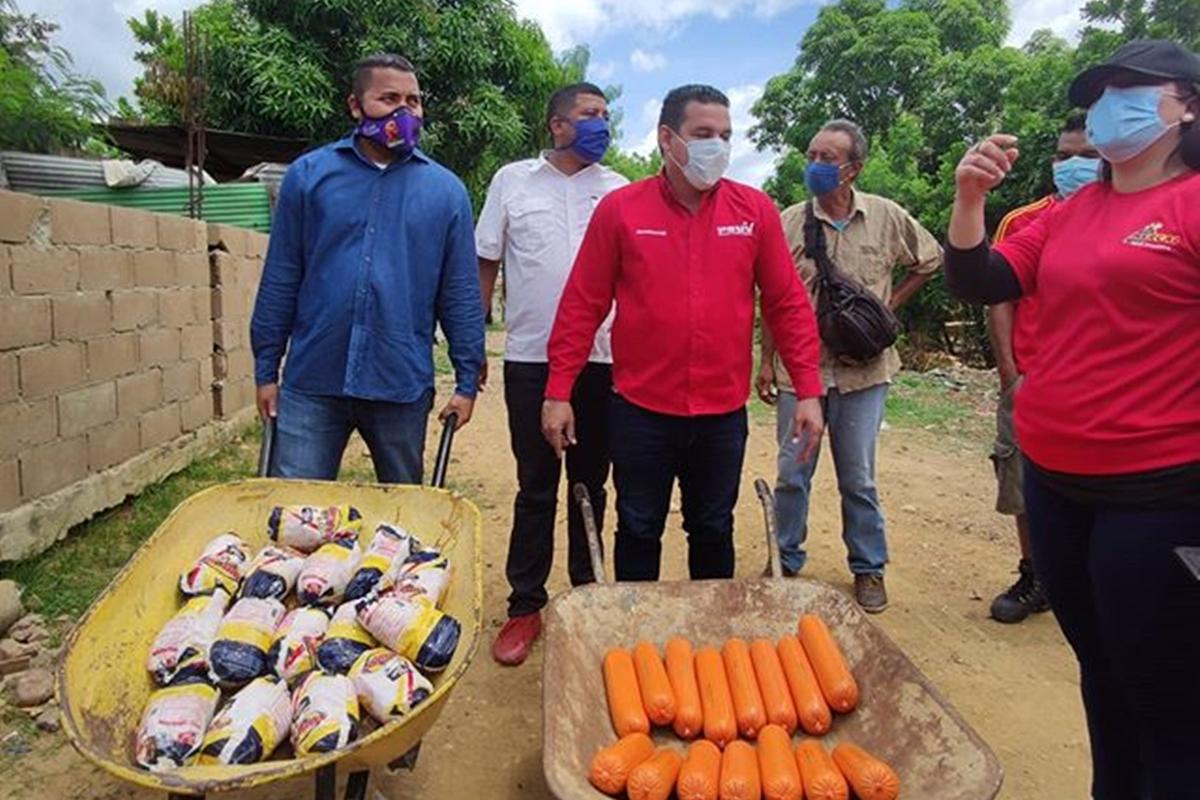Alberto Gago regala pollos y mortadelas en carretillas para buscar votos