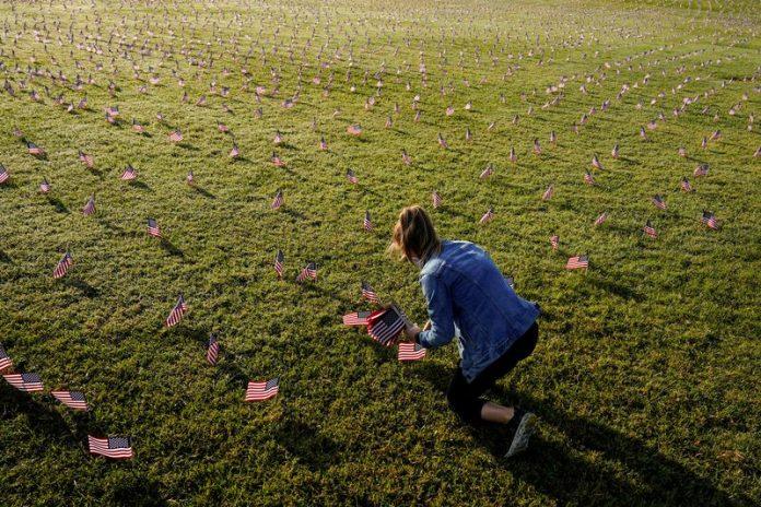 200 mil banderas de EE UU en Washington DC en honor a las víctimas del covid-19