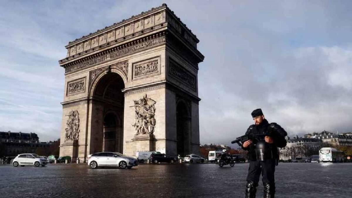 Evacúan área del Arco del Triunfo en París por alerta de bomba