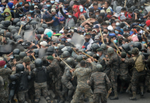 La Policía de Guatemala dispersa la caravana migrante y libera la carretera bloqueada