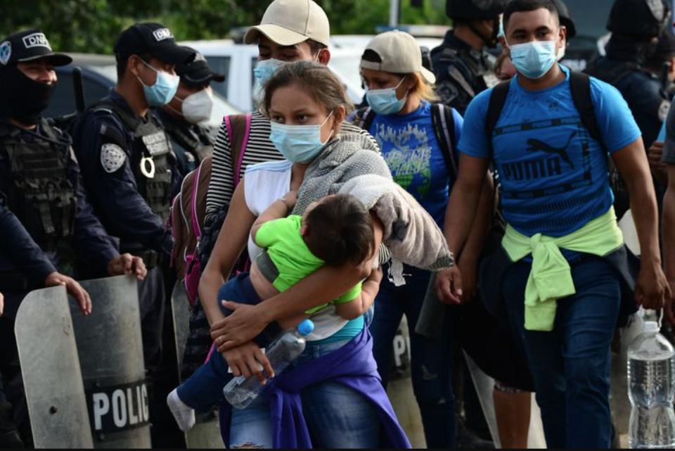 Migrantes llegan a cuentagotas a la frontera de México y Guatemala