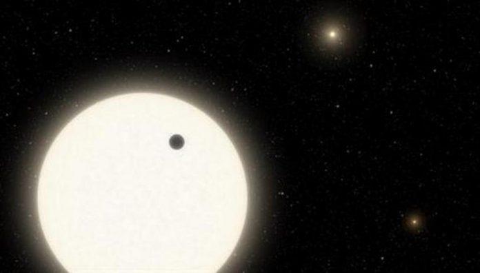 Ilustración del planeta con tres estrellas