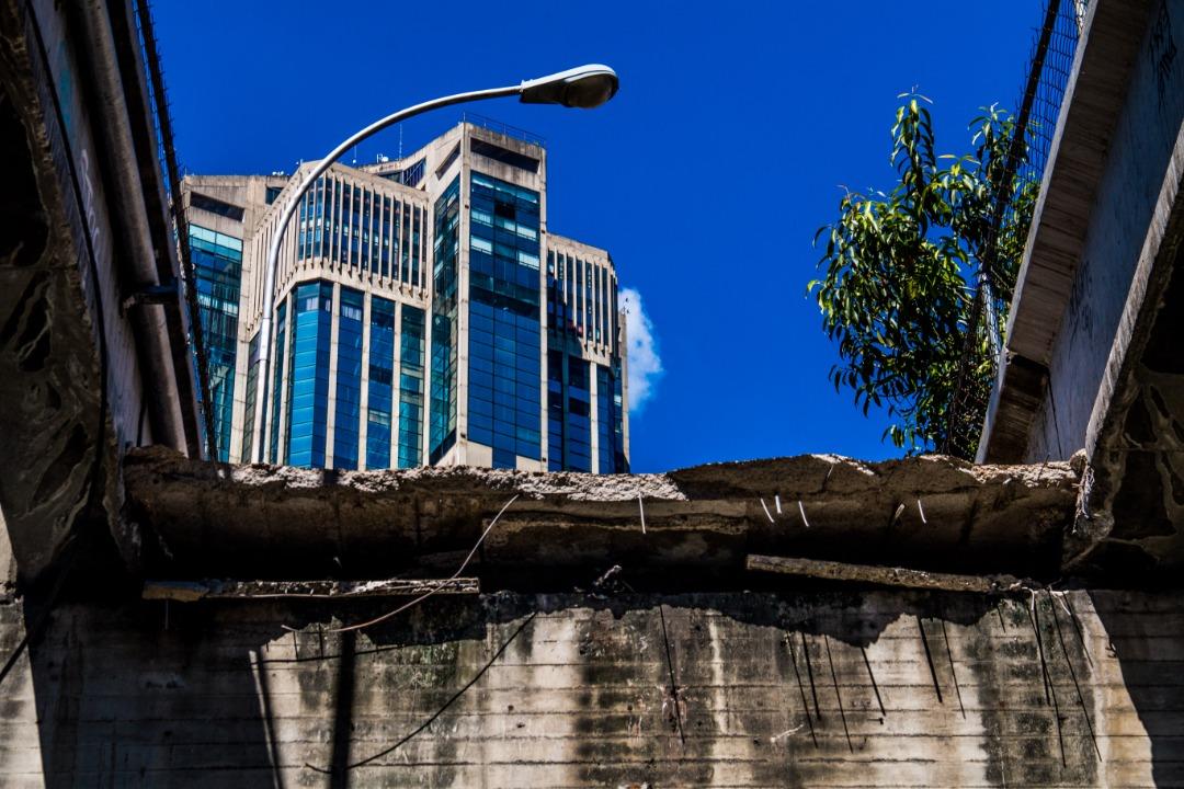 Se desplomó la pasarela que conecta Parque Central con San Agustín | Foto: Kenny Linares - El Nacional