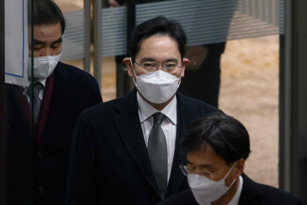 Condenan a dos años y medio de cárcel a heredo de Samsung