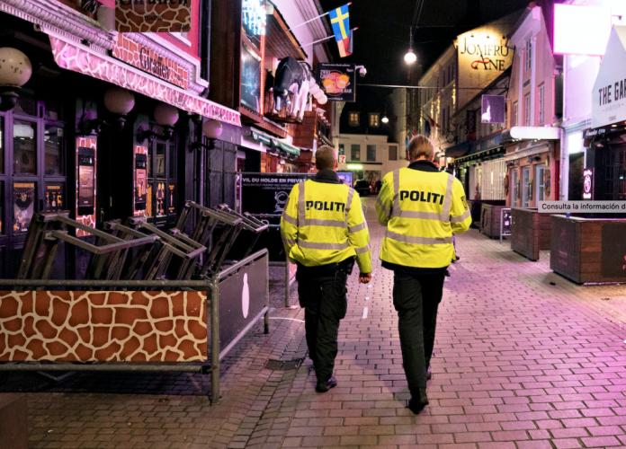 Dinamarca condenó a un joven a cuatro meses de prisión por toser al grito de