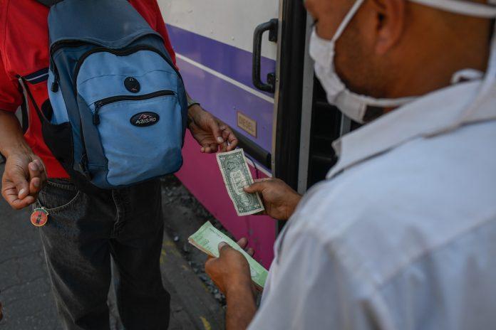 Maduro presiona a los bancos para que implementen los sistemas de pago digitales