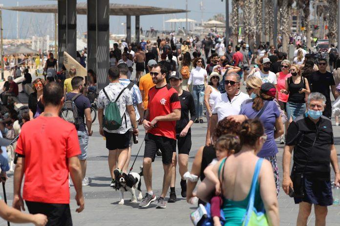 Los israelíes, aliviados, salen a la calle sin mascarilla anticovid