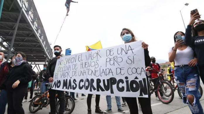 Manifestantes colombianos atacaron el canal de RCN, en medio de protestas contra la reforma tributaria
