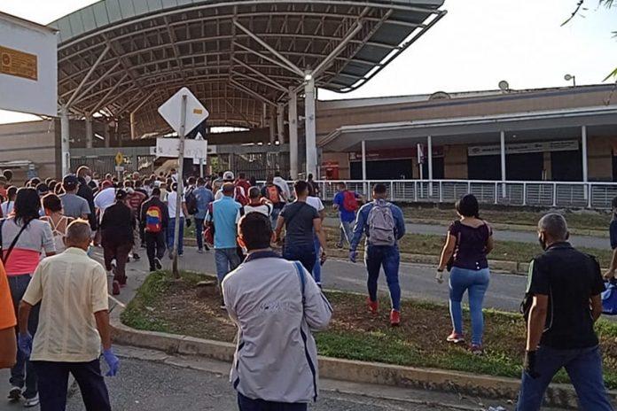 Retraso para acceder al ferrocarril generó larga cola y aglomeración de usuarios en Cúa