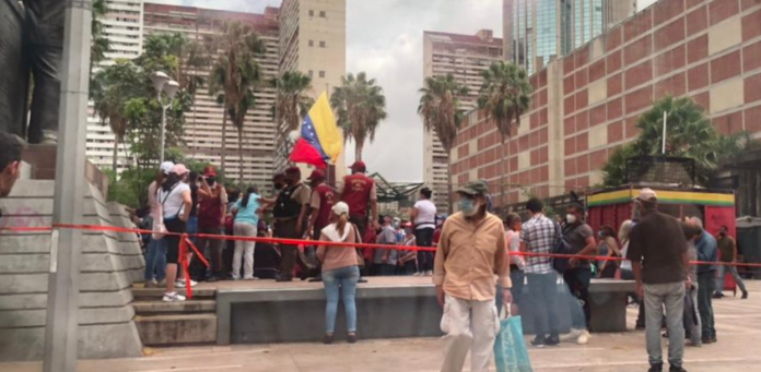 Continúa la desorganización en jornadas de vacunación: caraqueños protestaron en las cercanías del hotel Alba Caracas