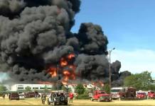 Trabajadores de una planta industrial en EE UU fueron desalojados tras un voraz incendio