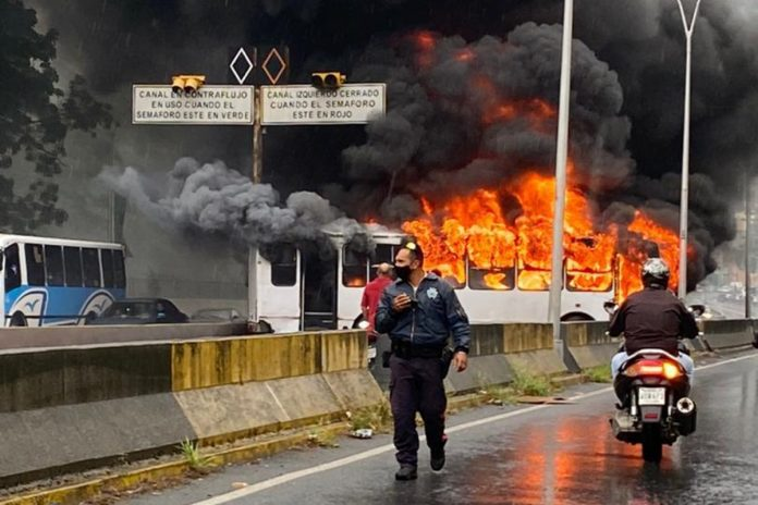 Se incendió un autobús en la autopista Prados del Este