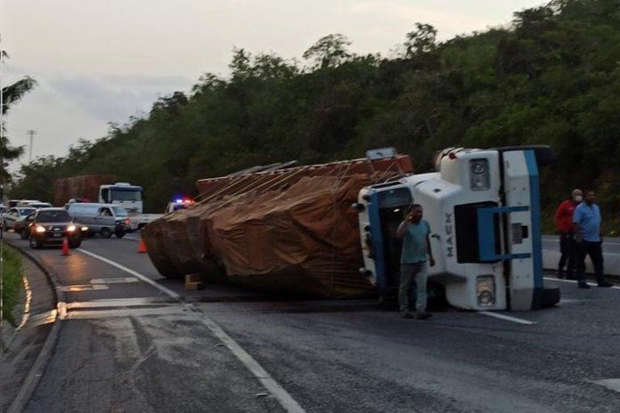 Dos gandolas se volcaron en la autopista Caracas-La Guaira